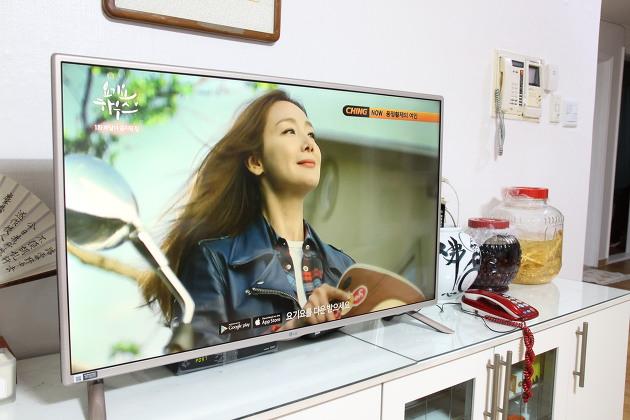 LG 이지 TV를 거실에 설치한 모습. TV에서 광고가 나오고 있다.
