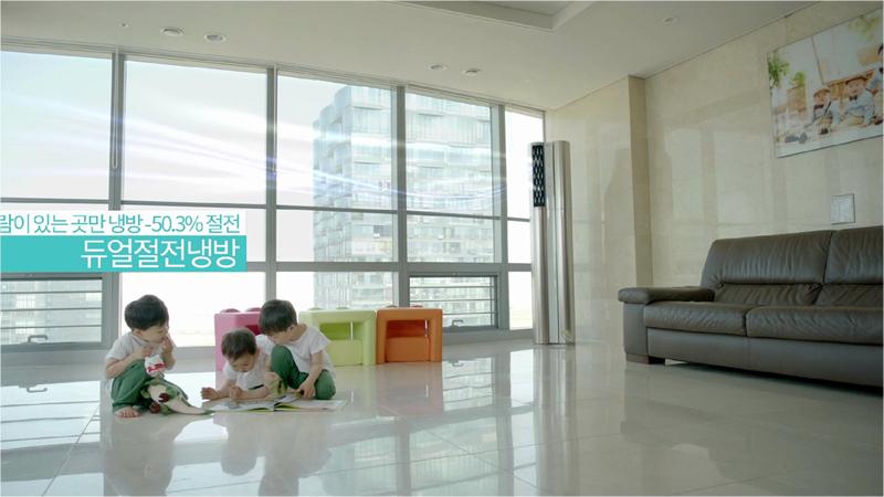 거실에서 삼둥이가 앉아 책을 보고 있다.