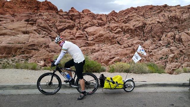 G4 플래그를 달고 자전거 여행중인 권재관