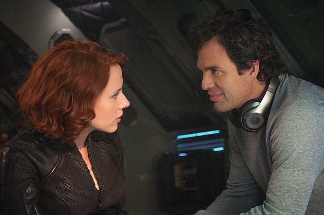 영화 '어벤져스:에이지 오브 울트론'의 블랙 위도우와 헐크가 서로를 바라보고 있다.