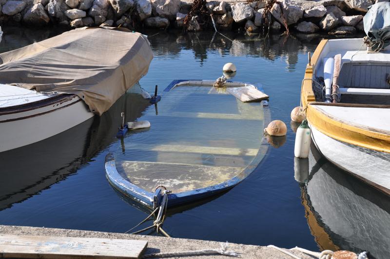 배 세척 중 가운데 위치한 배가 가라앉고 있는 모습