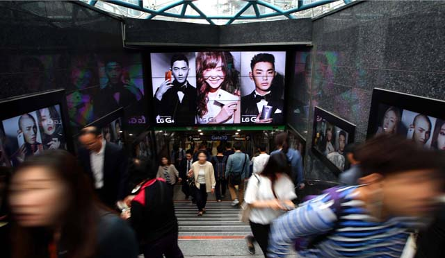 LG전자가 강남역에 설치한 G4 디지털 옥외광고 모습. 수많은 행인들이 광고물에 눈길을 주며 걷고 있다.
