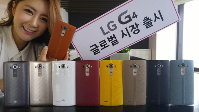 LG전자 모델이 LG트윈타워에서 글로벌 시장에 출시하는 'G4' 스마트폰 9종을 소개하고 있는 모습 입니다.