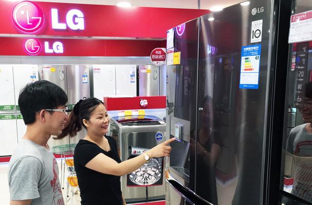 중국 광저우의 한 가전 매장에서 중국 소비자들이 LG 얼음 정수기냉장고를 구경하고 있는 모습입니다.