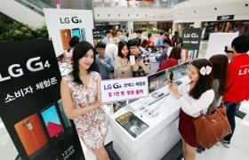 LG전자 모델이 삼성동 코엑스몰 내 센트럴 플라자에 위치한 G4 소비자 체험존에서 포즈를 취하고 있습니다.