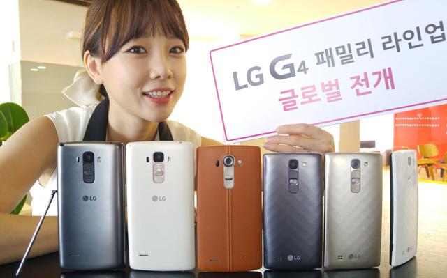 LG전자 모델이 LG트윈타워에서 글로벌 시장에 출시하는 'G4 스타일러스'와 'G4c'를 소개하고 있는 모습 입니다.