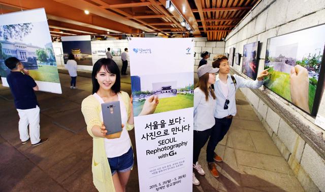 '서울 리포토그래피 사진전' 행사장을 배경으로 포즈를 취하고 있는 모습 입니다.