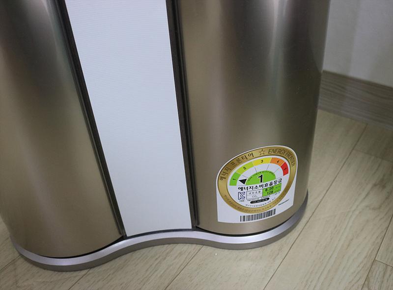 듀얼에어컨 하단에 에너지 소비효율등급 스티커. 1등급을 가리키고 있다.