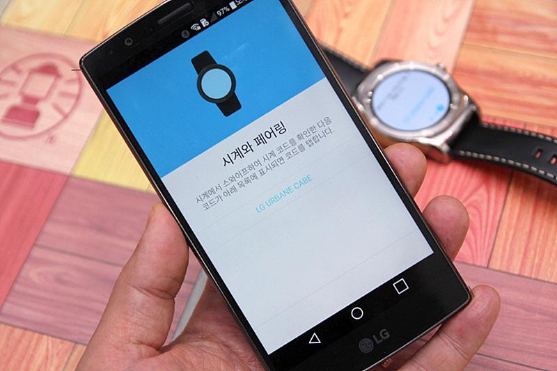 스마트폰으로 LG워치 어베인을 페어링하는 모습.  디스플레이에 '시계에서 스와이프하여 시계 코드를 확인한 다음 코드가 아래 목록에 표시되면 코드를 탭합니다'라는 문구가 보인다.