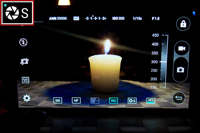 셔터 스피드를 변경해 G4 카메라로 촛불을 촬영하고 있다.