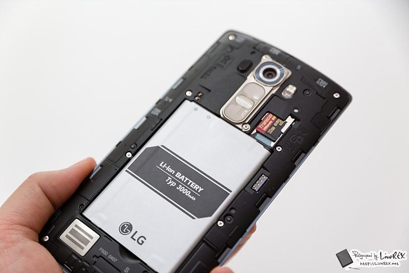 후면 커버를 벗겨낸 LG G4. 배터리가 부착되어있는 모습이 보인다.