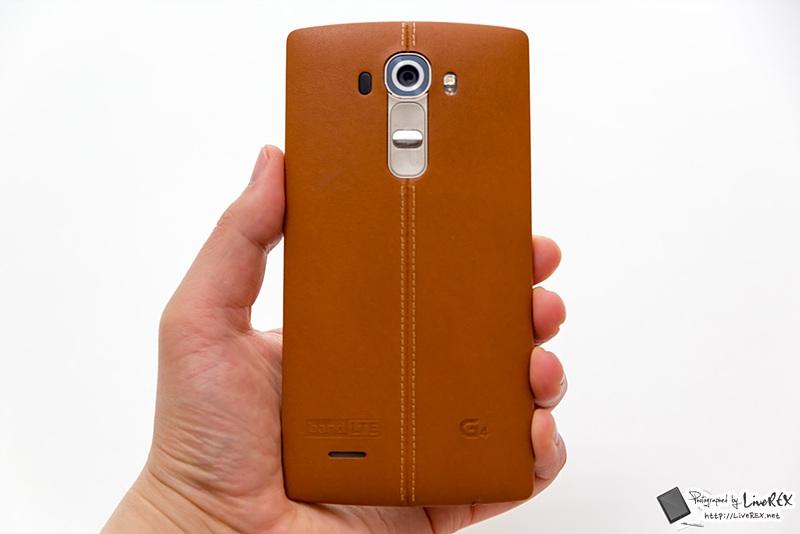 갈색 가죽 커버가 적용된 LG G4의 후면