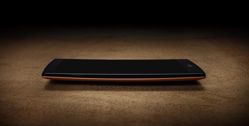 바닥에 놓여있는 LG G4의 옆모습