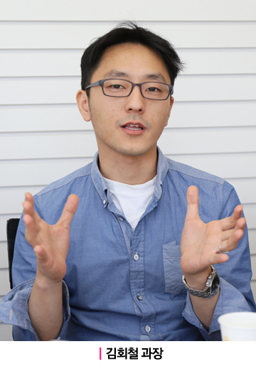 MC상품기획 김회철 과장이 손을 들고 있는 제스쳐를 취하며 인터뷰에 응하고 있다.