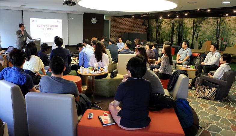 LG전자 홍보FD 전명우 전무가 환영사를 하는 모습과 테이블 의자에 둘러앉은 커뮤니케이터 5기의 모습