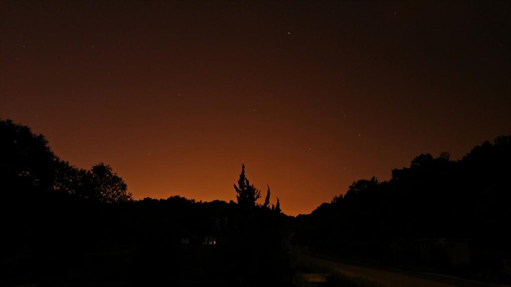 붉은 빛으로 보이는 밤하늘의 별