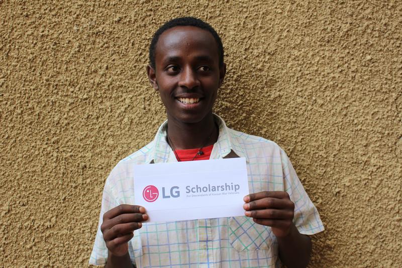 'LG Scholarship'이라는 종이를 들고 있는 칸파