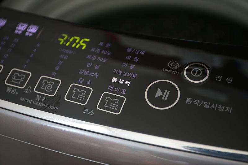 LG 통돌이 세탁기를 통세척 하고 있다.