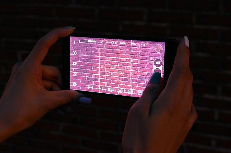 G4로 빛이 없는 곳에서 벽을 찍고 있는 모습