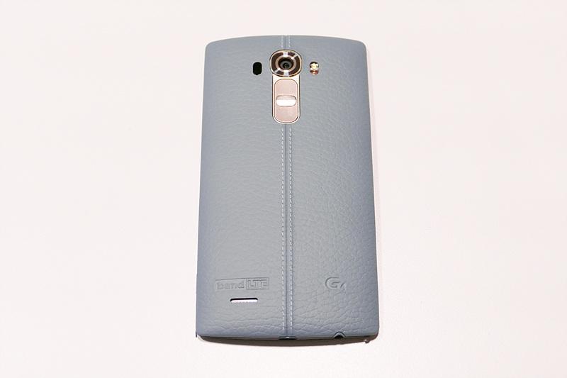 LG G4 스카이블루 색상. 바닥에 놓여있다.