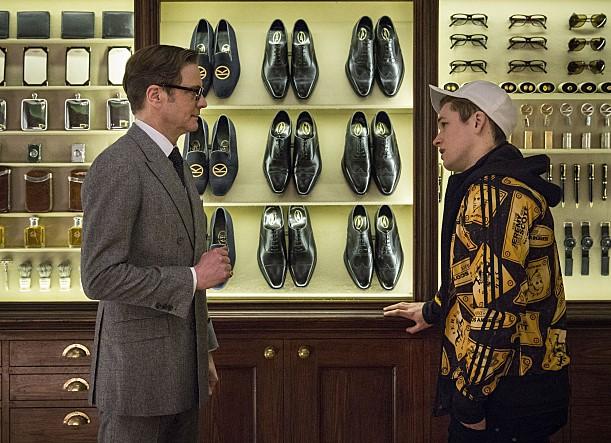 영화 '킹스맨' 스틸 컷. 마주보고 있는 해리(콜린 퍼스)와 에그시(테론 에거튼)