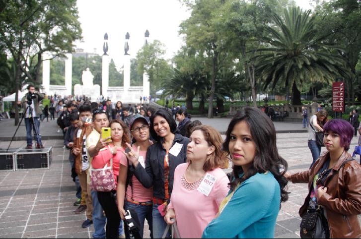 촬영 순서를 기다리고 있는 멕시코 시민들