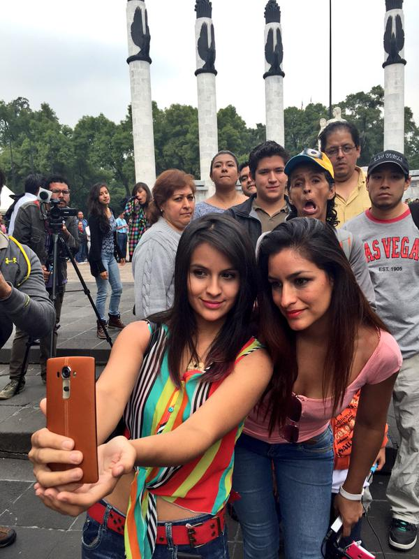 LG G4로 셀피를 촬영하고 있는 두 명의 여성