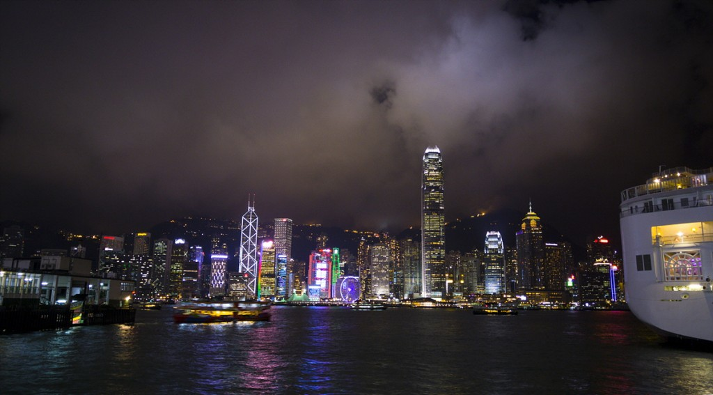 홍콩 침사추이 스타페리 선착장에서 촬영한 바다에 비친 홍콩 전경