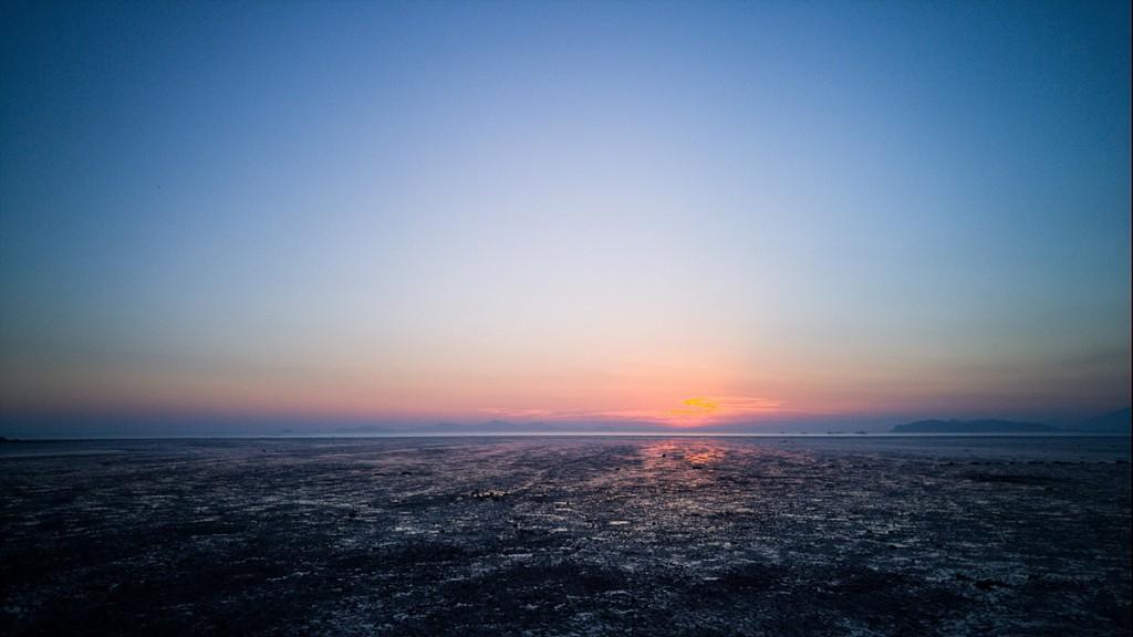 강화도 일몰 포인트 중 하나인 해넘이 마을에서 갯벌 위의 파란 그리고 빨간 노을의 그라데이션 하늘을 담아 보았던 사진
