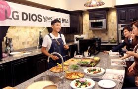 방송인 겸 요리사인 김호진씨가 참석자들에게 퀘사디아, 피자, 샐러드 등 요리법을 직접 설명하고 있습니다.