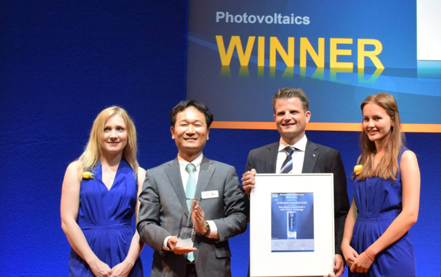 인터솔라 2015 어워드 본상 수상 후 LG전자 솔라연구소장 최영호 상무(좌측), EU Solar Sales Director 마이클 하레(Michael Harre)가 모델들과 기념촬영을 하고 있습니다.