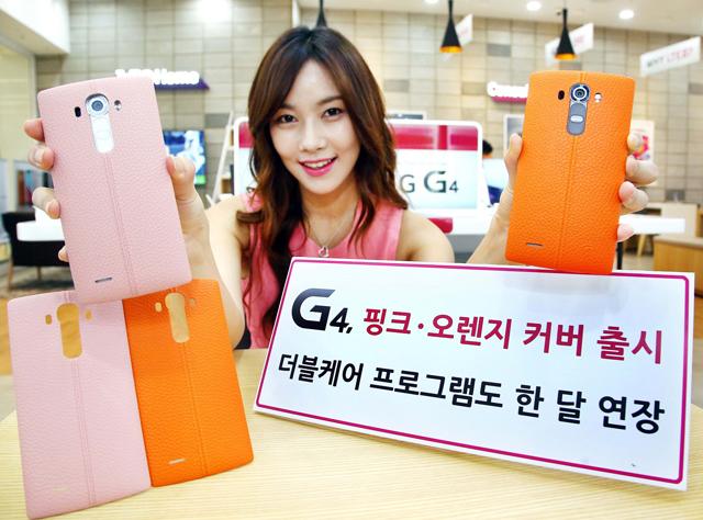 모델이 코엑스몰 내 휴대폰 판매점에서 핑크, 오렌지 천연가죽 커버를 착용한 'LG G4'를 소개하고 있습니다.