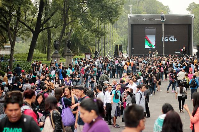 멕시코시티 '차풀테펙(Chapultepec)'에서 시민 3천여명이 'LG G4' 이색 행사에 참가하기 위해 줄서서 운집해 있는 모습입니다.