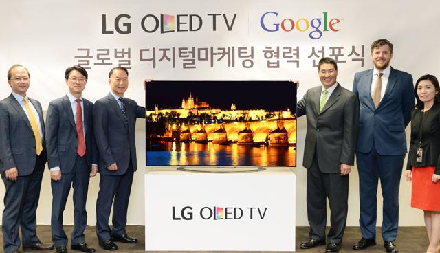 LG전자 HE해외영업그룹장 김기완 부사장(올레드 TV 왼쪽), 구글코리아 대표 존 리 사장(올레드 TV 오른쪽) 등 양사 관계자가 사진 촬영하고 있는 모습 입니다.