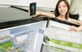 모델이 '디오스 오케스트라' 냉장고를 소개하고 있습니다.