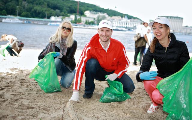 우크라이나에서 주변 환경 정화 활동을 하고 있는 LG전자 임직원들 모습 입니다.