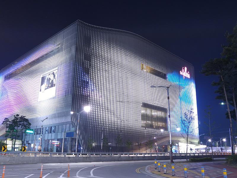 건물의 외부를 촬영한 야경 사진