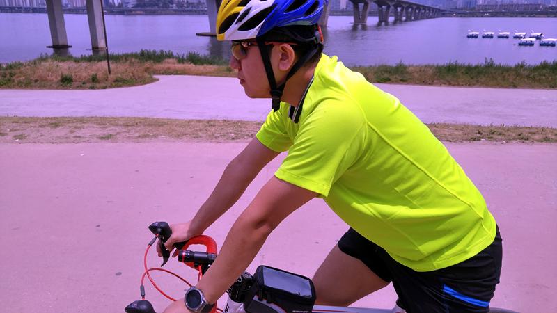 한 남성이 자전거를 타고 있는 모습