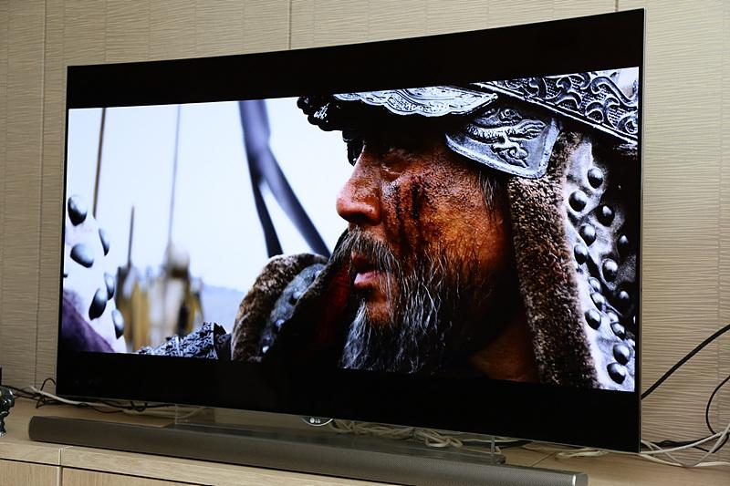 영화 '명량'을 LG OLED UHD TV로 관람하고 있다.