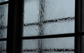 창문에 비가 내리고 있는 모습