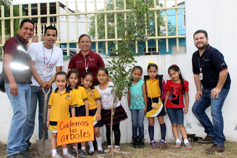 고아원 어린이들과 나무심기 활동을 한 멕시코 몬테레이 법인 직원들의 모습