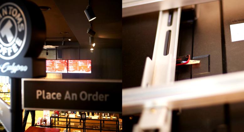 탐앤탐스 매장에 설치된 디지털 사이니지의 옆면 부분 클로즈업 사진