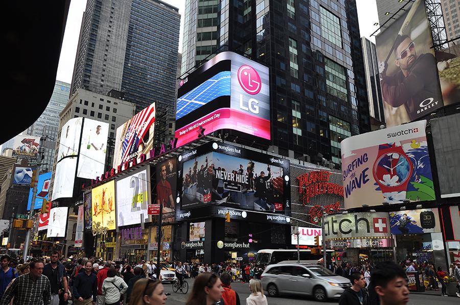 뉴욕 거리에서 보이는 LG전자 전광판
