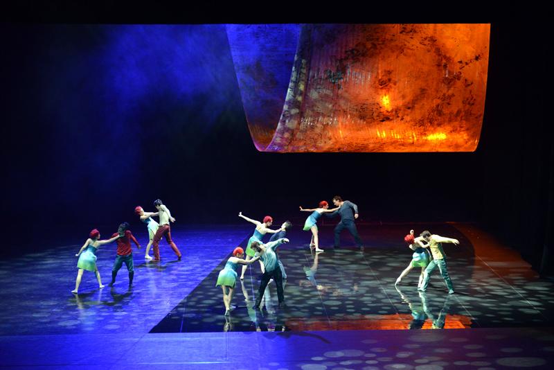 피날레 무용 공연. 무용수들이 무대에서 연기를 선보이고 있다.