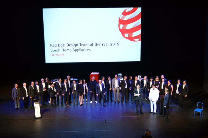 수상하고 있는 Bosch Home appliances 디자인 팀의 모습