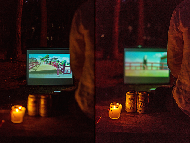 미니빔을 통해 야외에서 영화를 즐기는 모습이 보인다.