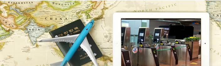 지도 위에 여권과 비행기 모형이 놓여져 있는 모습. 옆의 태블릿에는 자동출입국심사 게이트가 보인다.