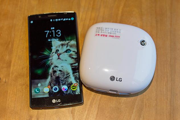 LG G4와 나란히 놓여 있는 LG 미니빔. 큰 차이가 없어 보인다.