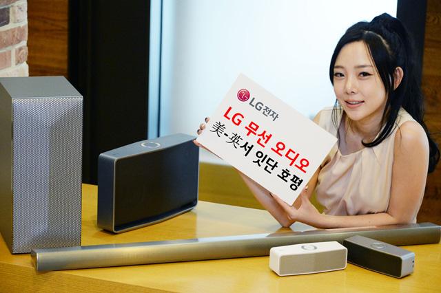 모델이 LG 무선 오디오와 함께 포즈를 취하고 있습니다.