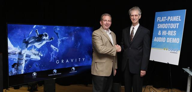 LG전자 팀 알레시 미국법인 신상품 개발 담당(왼쪽)이 밸류 일렉트로닉스 로버트 존 회장(오른쪽)에게 축하받고 있는 모습 입니다.